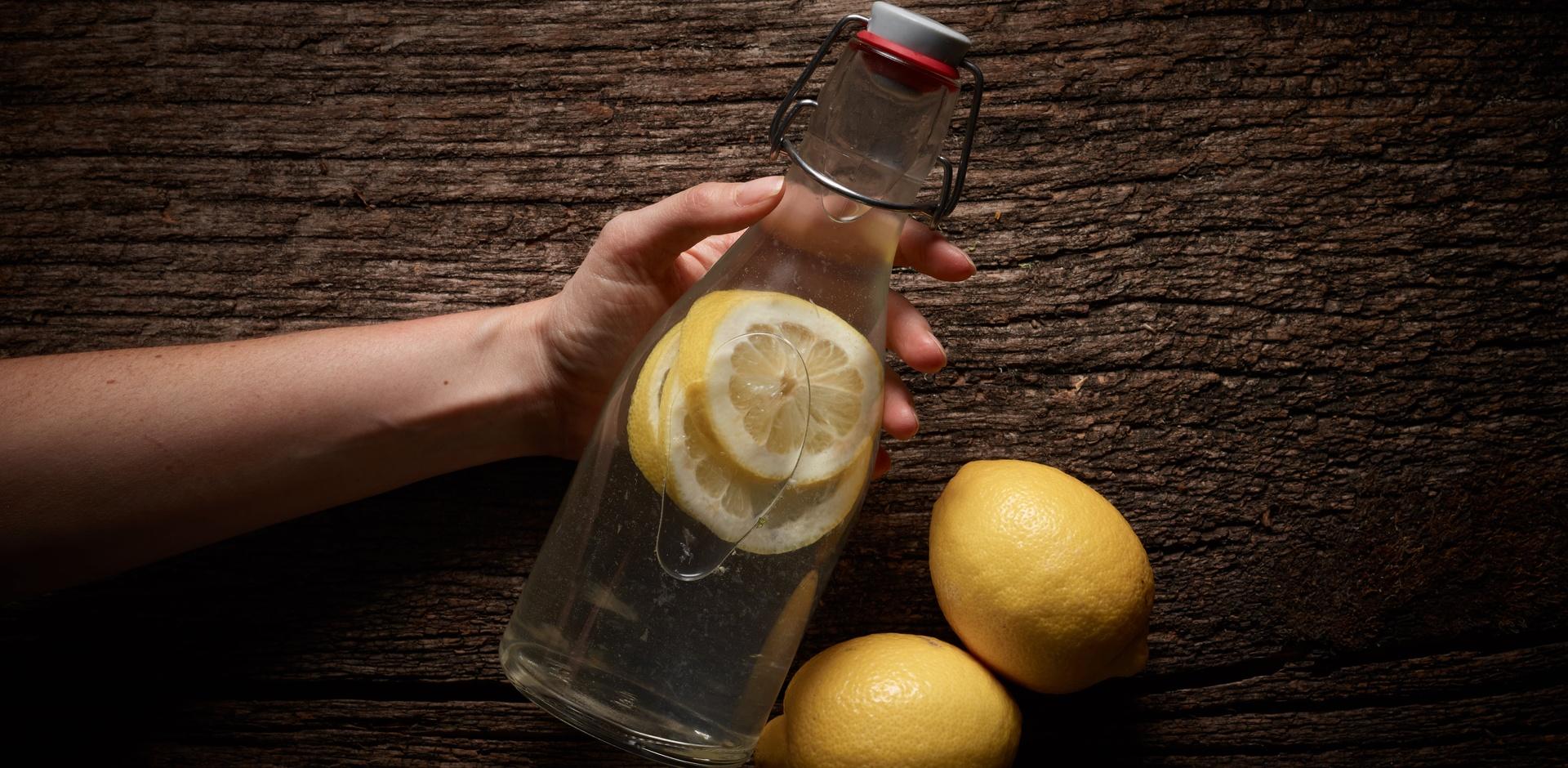Zitronenwasser ist hip, es lässt sich nicht anders sagen. Wen man auch fragt: Morgens ein Glas Zitronenwasser tue uns Gutes, lautet die Antwort. Gründe dafür finden sich wie Sand am Meer. Und alle davon klingen gut — besonders, wenn Beyonce sie uns vorhaucht. Doch Queen B hin oder her: Ist Zitronenwasser wirklich so gesund?